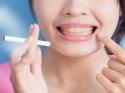 मोती जैसे सफेद दांत पाने के लिए ट्राई करें ये 5 घरेलू उपाय