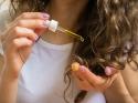 आयुर्वेद में जानें कैसे बताया गया है बालों में तेल लगाना
