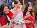 दुर्गा पूजा पर बंगाली महिलाएं क्यों पहनती हैं ये साड़ी