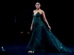 Lakme Fashion Week के ग्रैंड फिनाले में ग्रीन ऑफ शॉल्डर गाउन में करीना कपूर ने रैंप पर बिखेरा जादू