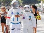 अनोखा तरीका: कोरोना से बचने के लिए स्पेस सूट में वॉक पर निकलता है ये कपल, लोग खींचने लगते है फोटो