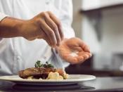 खाने पर कच्चा नमक छिड़ककर खाने की आदत हैं, तो आप भी कर रहे हैं अपनी सेहत के साथ खिलवाड़
