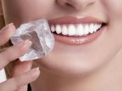 क्या सच में दांतों का पीलापन दूर करने का सबसे सस्ता और आसान उपाय है बर्फ?