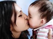 आप भी अपने बच्चे को मुंह पर चूमती है तो हो जाएं सर्तक, हो सकती है ये दिक्कत