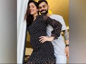 ब्लैक शॉर्ट ड्रेस में अनुष्का शर्मा ने फ्लॉन्ट किया बेबी बंप, देखें फोटो