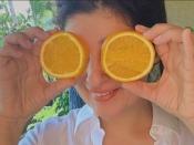 ट्विंकल खन्ना खाती हैं संतरे के छिलके, यहां जाने किन गुणों का खजाना छुपा है इस सिट्रस फ्रूट में