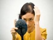 झड़ते बालों को ना लें हल्के में, ये लक्षण नजर पर जाएं डॉक्टर के पास