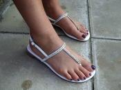 पैरों के लिए हाई हील ही नहीं बल्कि प्लैट फुटवियर भी होते है नुकसानदायक, जानिए कैसे