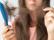 आयरन की कमी से क्यों झड़ते हैं बाल, जानें लक्षण और इलाज