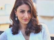 सोहा अली खान ग्लोइंग स्किन के लिए चेहरे पर लगाती हैं शहद और हल्दी