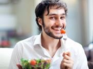 वजन घटाना है तो अकेले में खाना खाएं, रिसर्च