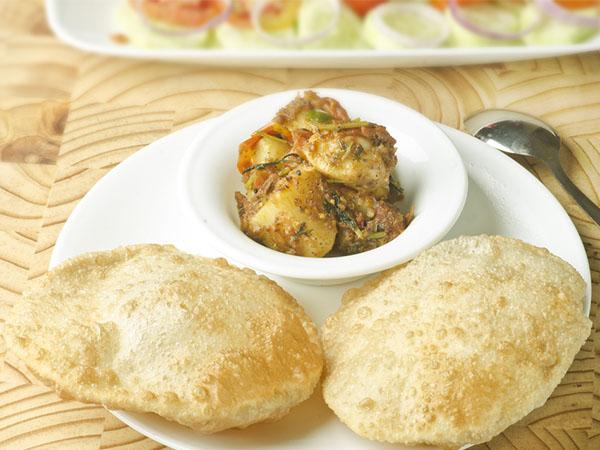 आसानी से बनाएं बंगाली लुची आलूर दम