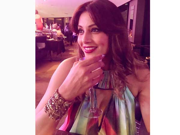 Bipasha Basu Picked A Turquoise And Gold Outfit For Her Australian Trip