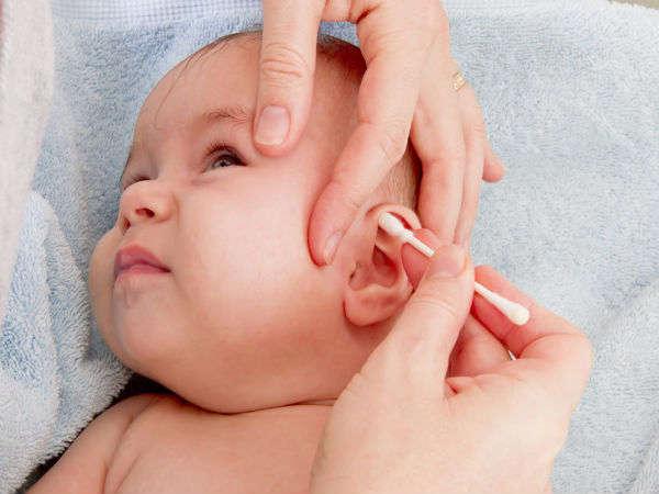 क्या बच्चों के कानों में जमी मैद को साफ करना चाहिये?