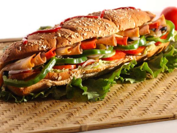 हर्ब चीज और रोस्टेड कॅप्सिकम सेंडविच