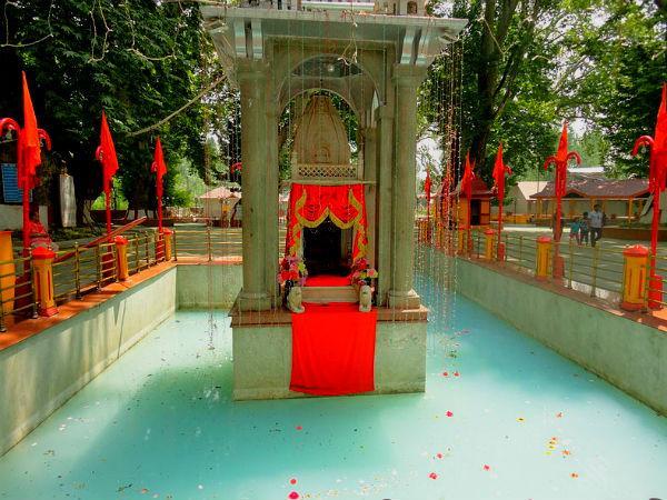 खीर भवानी मंदिर : इस मंदिर के कुंड का पानी अगर पड़ जाए काला तो आती है विपत्ति