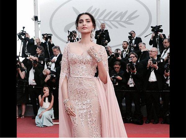 #Cannes 2017: सोनम ने साबित कर दिया यूं नहीं कहते है उन्हें फैशनिस्तां