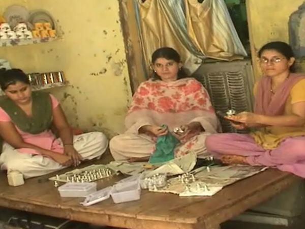 वाराणसी का ये मुस्लिम परिवार, 20 सालों से शिवलिंग बनाकर दे रहा है एकता की मिसाल