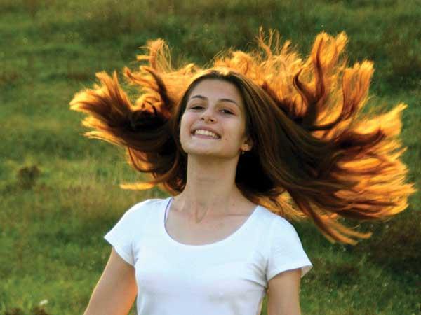 बालों को प्राकृतिक रूप से कैसे बनाएं रेशमी और घने?