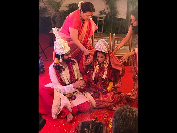 बंगाली वधू बनी रिया सेन, चुपके चुपके रचाई बॉयफ्रेंड से शादी.. देखिए Photos