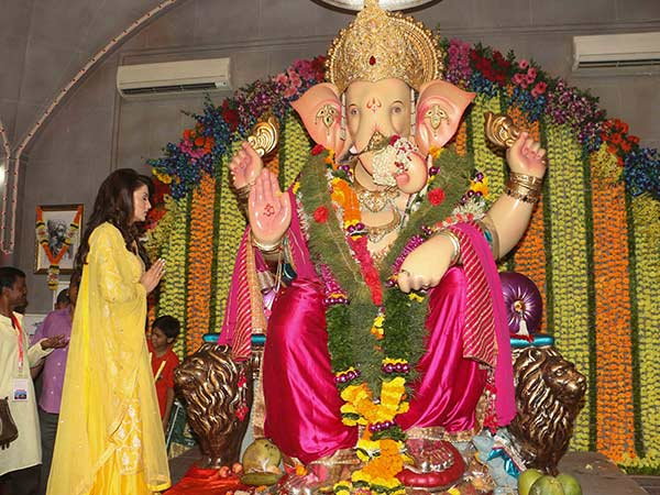 bollywood actresses visited andheri's ganpati mandal
