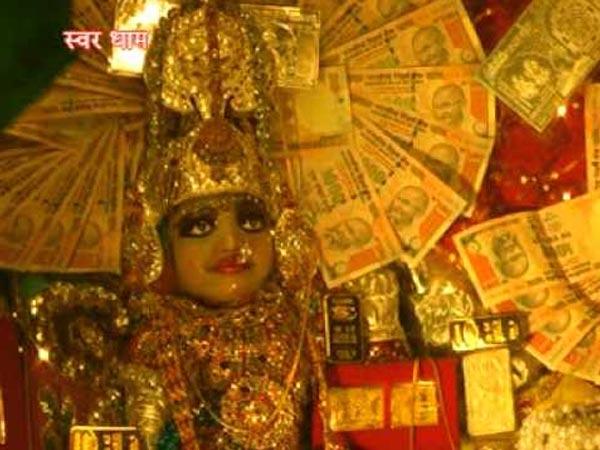 रतलाम के लक्ष्मी माता के इस मंदिर में बंटता है सोना-चांदी