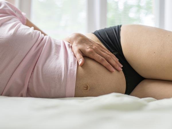 गर्भावस्था में सफ़ेद पानी का आना, क्या शिशु के लिए ख़तरनाक है?
