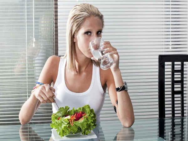 5. भोजन के बीच में भी ना पिएं पानी