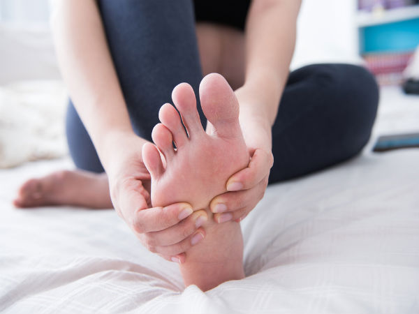 क्या हर वक्त रहते हैं आपके पैर ठंडे? जानें इसके 9 कारण
