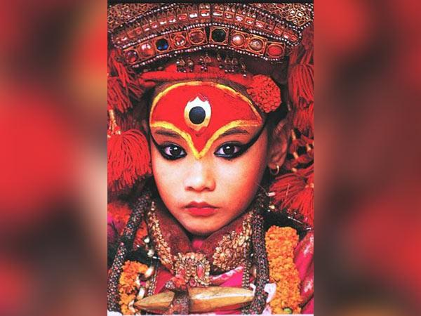 जानिए, नेपाल की 'जीवित कन्या' की पूजा का सच, पीरियड आने के बाद छीन लेते है 'देवी' की उपाधि