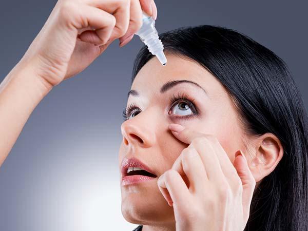 Eye Drops के इन कमाल के फायदों को सुन, आप भी इसे हैंडबैग में रखना नहीं भूलेंगी