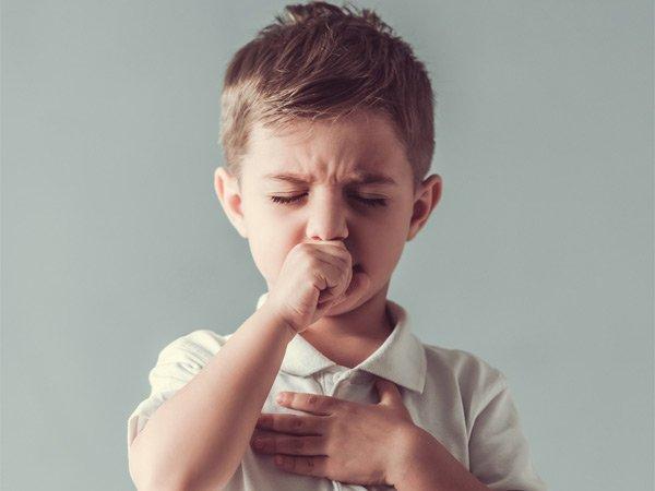 रात में आपके बच्चे को सोने नहीं देती खांसी, तो ये हैं 5 रामबाण इलाज
