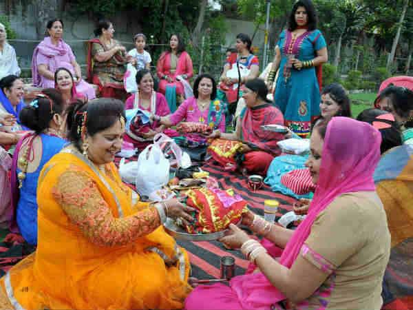 हरियाली तीज 2018: अखंड सौभाग्य के लिए करें ऐसे व्रत और पूजा