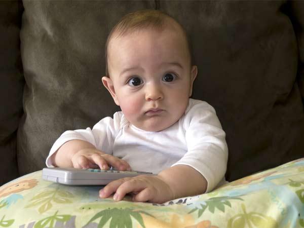 शिशु की आँखों के आस पास सफ़ेद दाने कहीं मिलिया तो नहीं?