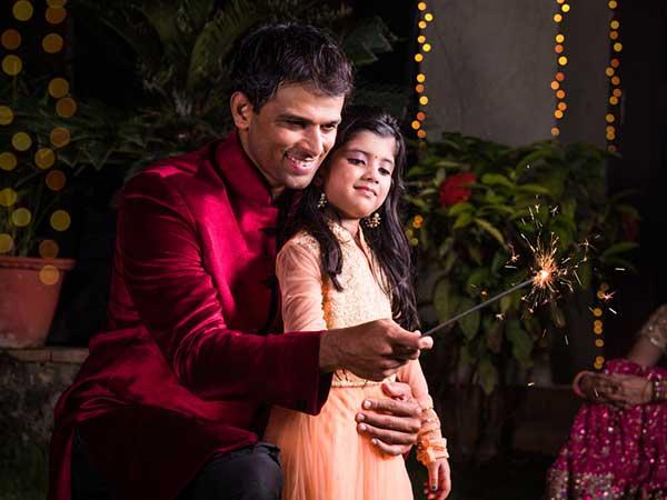 दिवाली के पटाखों से जल जाए हाथ तो डॉक्टरी उपचार से पहले तुरंत करें ये घरेलू उपाय