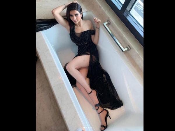 करिश्मा तन्ना ने कराया बाथटब फोटोशूट, ब्लैक गाउन में दिखाई सेक्सी अदा