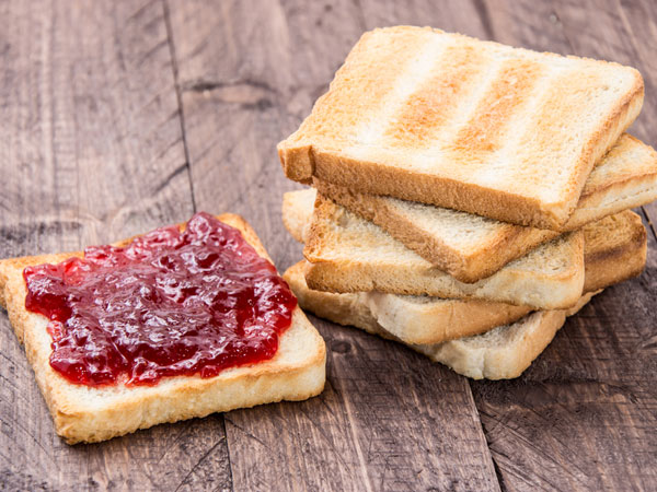 आप भी ब्रेकफास्ट और लंच में देती है बच्चे को ब्रेड और जैम, जाने इसके साइडइफेक्ट्स