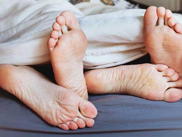 अलर्ट! सेक्स के बाद जरुर बदलें बेडशीट, STDs होने का रहता है खतरा