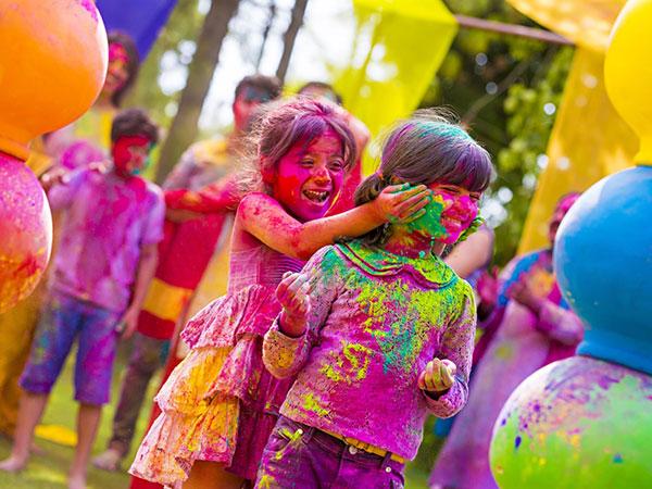 Holi 2019:  रंग-गुलाल के साथ बच्चों की सेफ्टी पर दे ध्यान, कहीं छोटी सी चूक रंग में भंग न डाल दे
