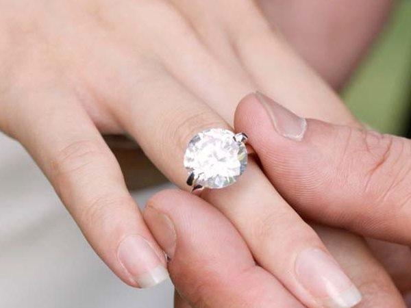 बायीं हाथ की उंगुली में क्यों पहनाई जाती है सगाई की अंगूठी, जाने इससे जुड़े वैज्ञानिक तर्क