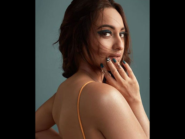 kalank actress Sonakshi Sinha shared her Bold eyeliner and messy hair look on Instagram