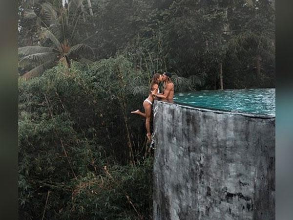 इस कपल ने शेयर किया पूल में खतरनाक Kiss का फोटो, ट्रोल होने पर सामने आई फोटो की हकीकत