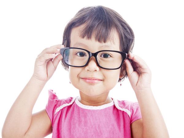 आंखें कमजोर होने के लक्षण: