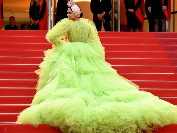 कांस 2019 दीपिका ने पहनी अजीबोगरीब ड्रेस, ट्रोलर्स ने कहा 'फूलगोभी' और 'लूफा'