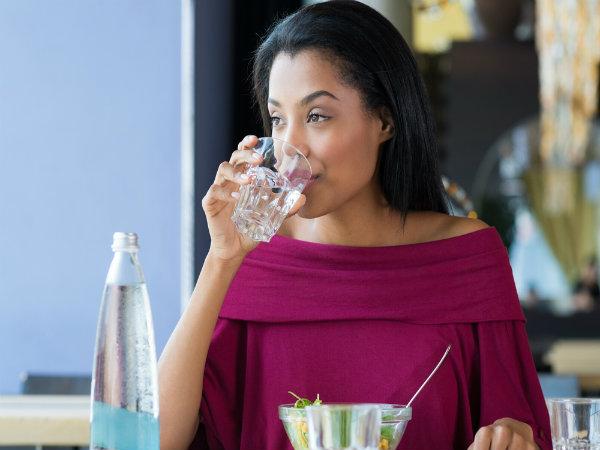 खाने के बीच में पानी पीना सेहत के लिए क्यों है हानिकारक