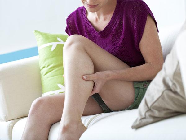 रात में सोने के दौरान या पहले होने वाले दर्द को न ले हल्के में, जाने इसके कारण