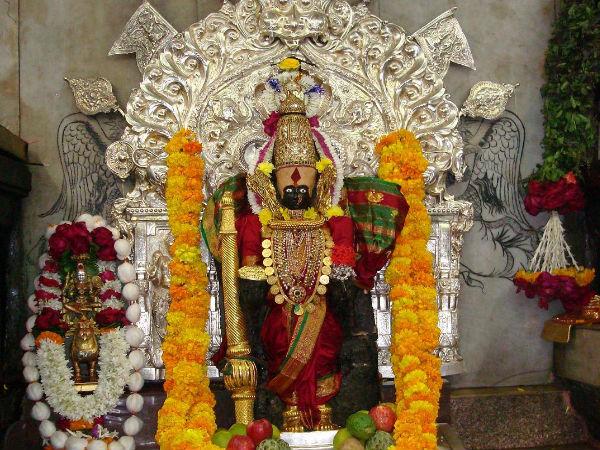 क्या करें जब मंदिर में मिल जाए भगवान पर चढ़ा फूल?
