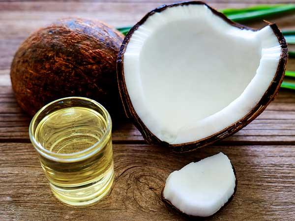 ग्लोइंग स्किन के लिए चेहरे पर ऐसे लगाएं नारियल का तेल, इन चीजों के साथ मिक्स करके लगाएं