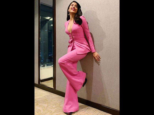 Janhvi Kapoor steals the limelight in a pink pantsuit at Grazia Millennial Awards 2019