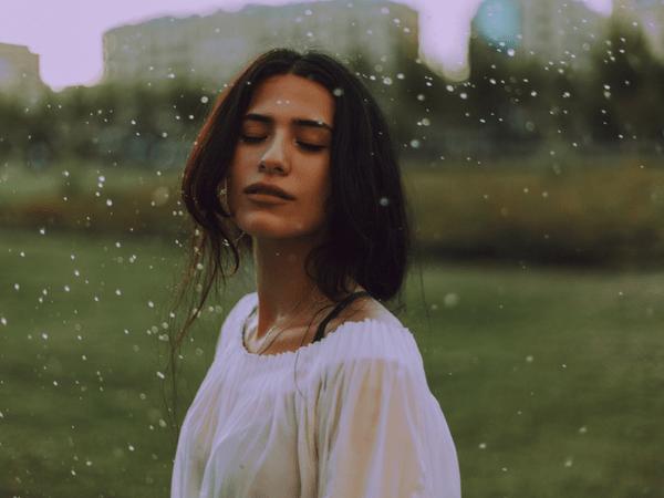 बारिश में नहाने से हार्मोनल संतुलन रहता है सही और भी है कई फायदे, जाने कब नहीं नहाएं